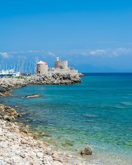 Вид на гавань мандраки на острове родос, греция