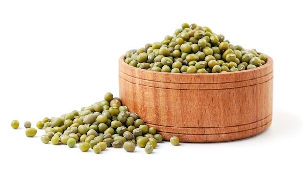 木製プレートのマン豆は白い背景にクローズアップ。孤立