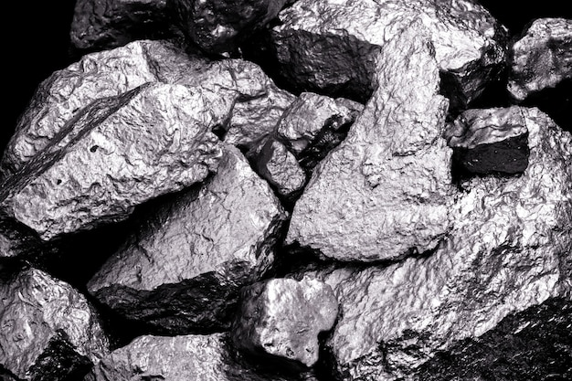 망간, 망간 또는 마그네슘 석재는 화학 원소이며 금속 합금 제조에 사용됩니다. 은색 광석, 산업용. 검은 격리 된 배경에 광석입니다.