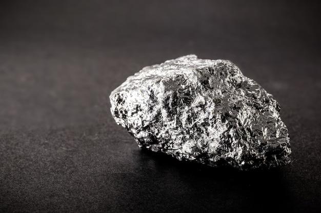 금속 합금 제조에 사용되는 망간 광석, 특히 철과 결합되어 강철 생산에 사용됩니다.