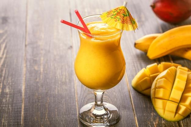 Смузи из манго и банана в стакане