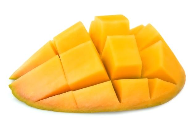 Разрезать манго крупным планом