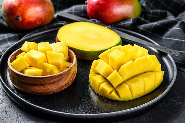 Манго. нарезать кубиками тропические фрукты