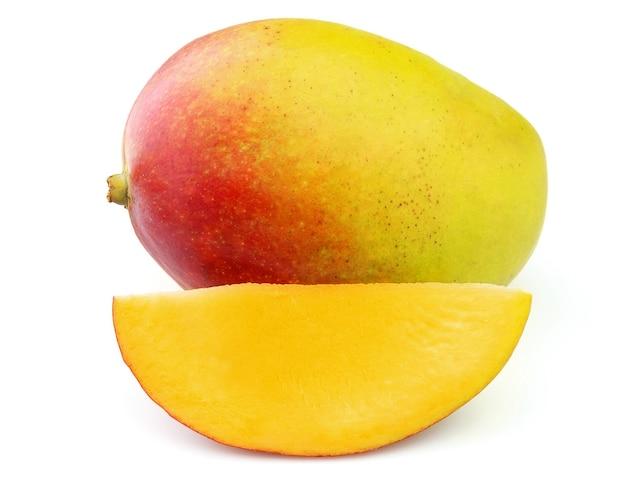 Плод манго на белом фоне