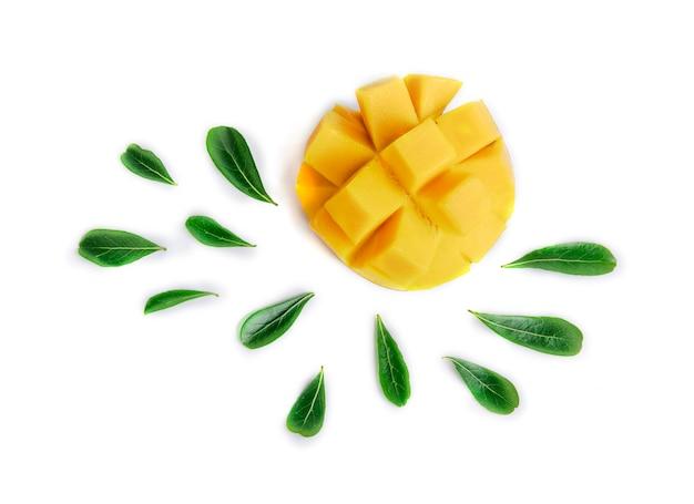 Манго фрукты, украшенные листьями, изолированных на белом фоне