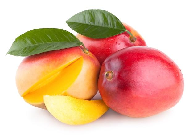白い背景で隔離のマンゴーフルーツ