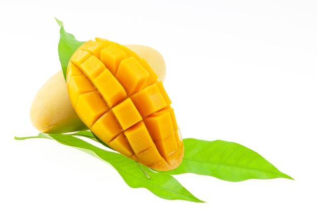白い背景、ビジネス食品、健康食品のコンセプトに分離された緑の葉とマンゴーフルーツ。