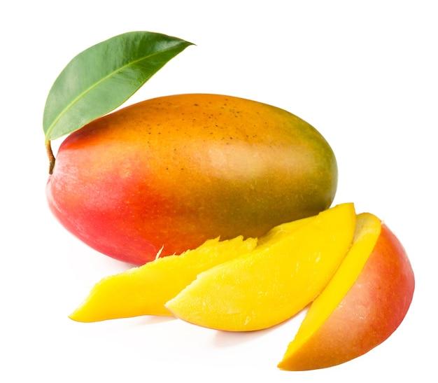 Плоды манго с зелеными листьями, изолированные на белом фоне.