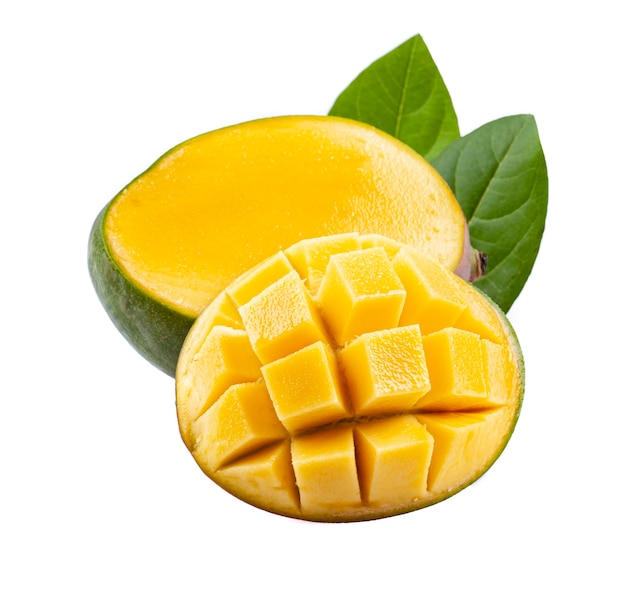 Плоды манго с листьями на белом фоне.