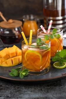 Холодный чай манго с лаймом и мятой. освежающий органический безалкогольный напиток