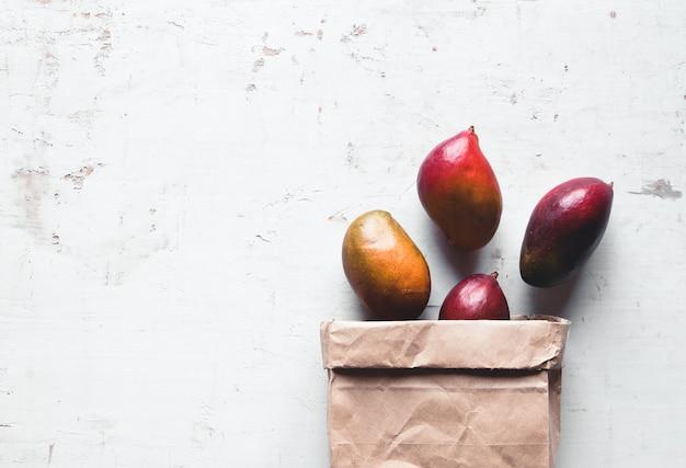 갈색 종이 봉지에 망고. 건강한 음식, 건강한 라이프 스타일.
