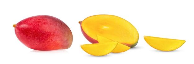 白い表面に分離されたマンゴー
