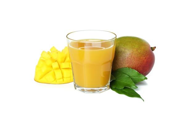 白で分離されたマンゴージュースとフルーツ