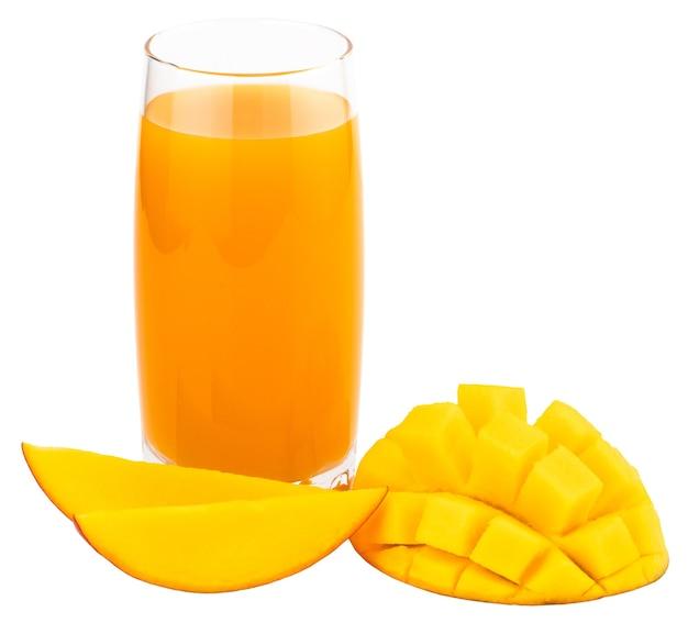 Сок манго с ломтиком манго, изолированные на белом. стакан сока манго.