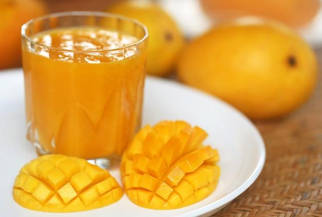 Сок манго с нарезанными и целыми фруктами