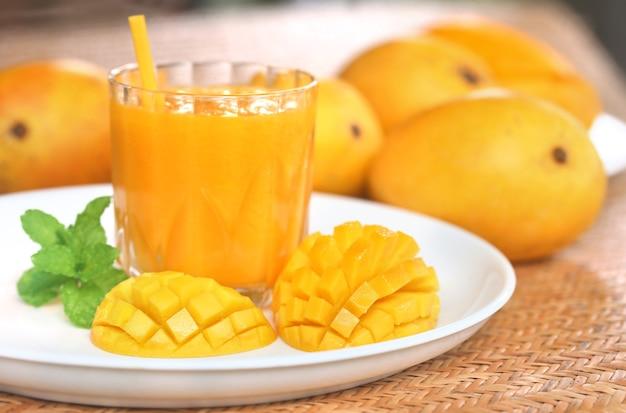 Сок манго с нарезанными фруктами и листьями мяты