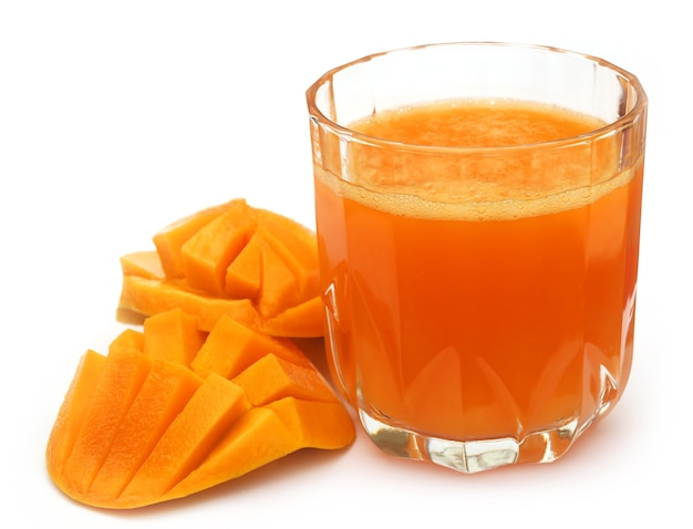 Сок манго с нарезанными фруктами на белом фоне