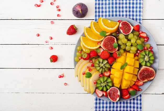 Манго, киви, инжир, клубника, виноград, груша и апельсин