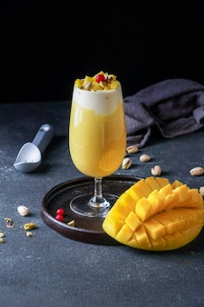マンゴーマスターニー、インドの屋台のマンゴージュースとアイスクリームシェイク