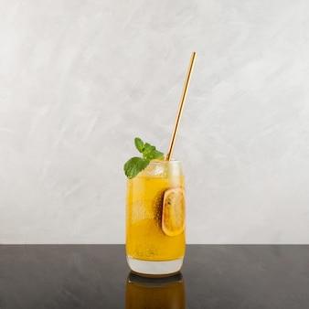 Коктейль из манго и маракуйи маргарита с листом мяты и тропическим алкогольным напитком из лайма
