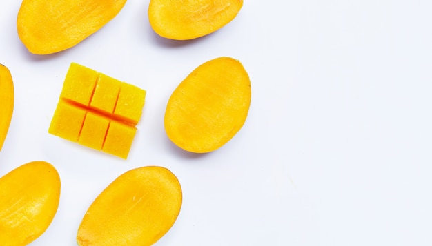 Ломтики манго на ярком фоне