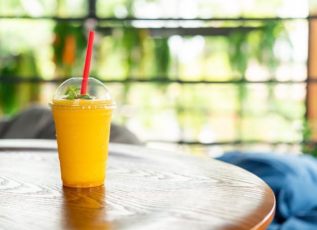 カフェでマンゴースムージーグラス