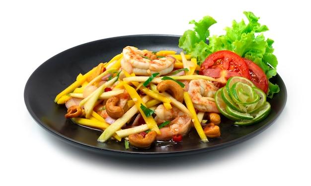 새우와 캐슈 너트가 들어간 망고 매운 샐러드 태국 음식 매운 신맛과 달콤한 요리가 야채 측경을 장식합니다.