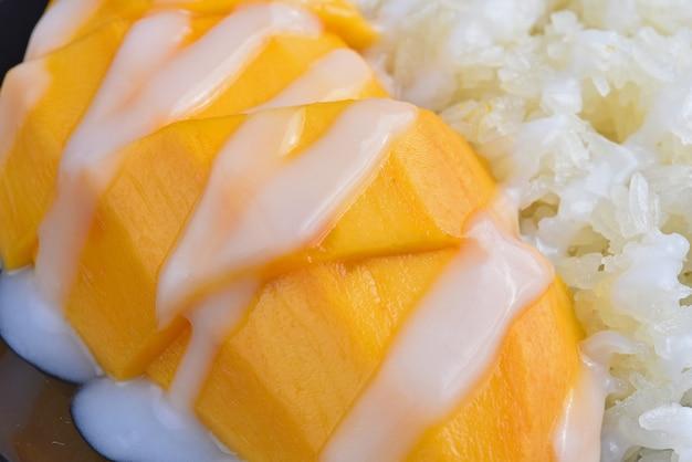 ココナッツミルクをトッピングしたマンゴーもち米