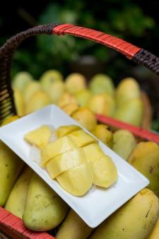 나무 바구니에 망고 열 대 과일