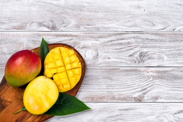 망고. 나무 테이블에 열 대 과일입니다. 평면도.