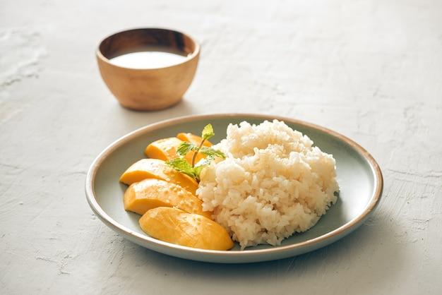 Манго с липким рисом - популярный традиционный десерт таиланда