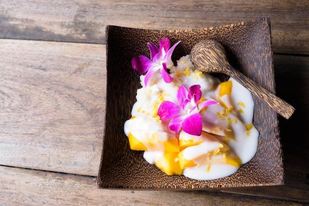 粘り気のあるライスとマンゴー伝統的なタイのデザート