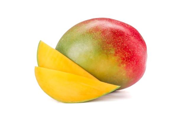 白い背景で隔離の2つの部分を持つマンゴー