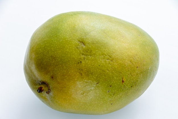 Манго - это сочные косточковые плоды многочисленных видов тропических деревьев, принадлежащих к роду цветковых растений mangifera. тропический фрукт.