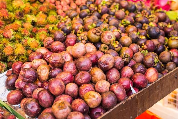 市場のマンゴスチンとエキゾチックなフルーツ