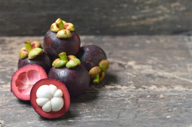 망고스틴 과일 배경에 고립