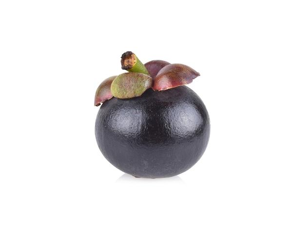 Плоды мангустана на белом фоне.