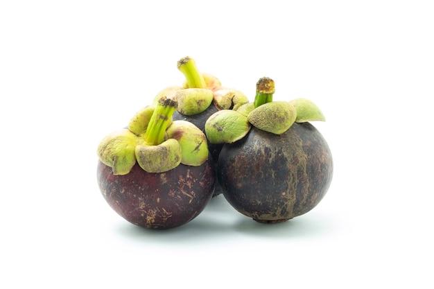 白い背景の上のマンゴスチン。果物の女王。