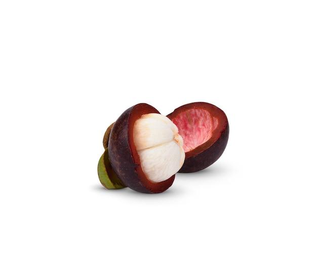 マンゴスチンの全体と半分のカットは、白い背景で隔離。マンゴスチンはタイの果物の女王であり、アジアの果物には甘いものがあります。