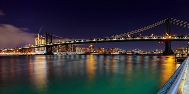 Манхэттенский мост и горизонт манхэттена ночью, нью-йорк