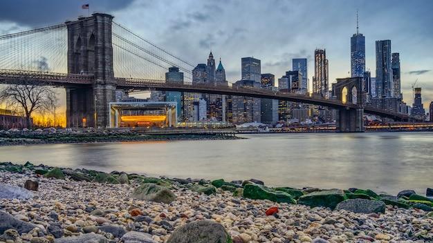 밤에 맨해튼 브리지와 뉴욕 스카이 라인