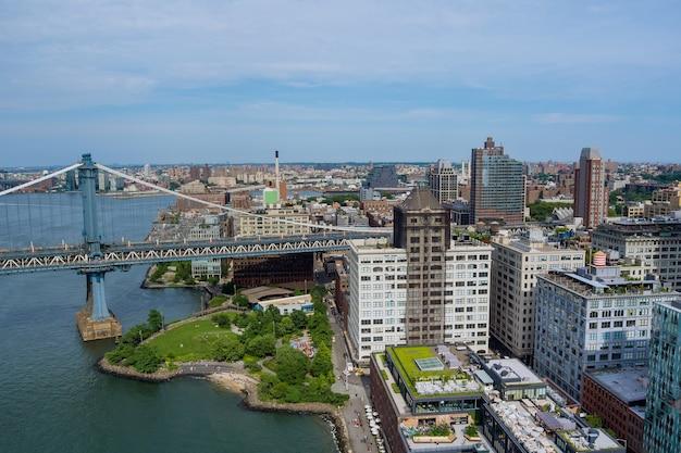 Манхэттенский мост с небоскребами бруклина нью-йорка над рекой гудзон нью-йорк сша