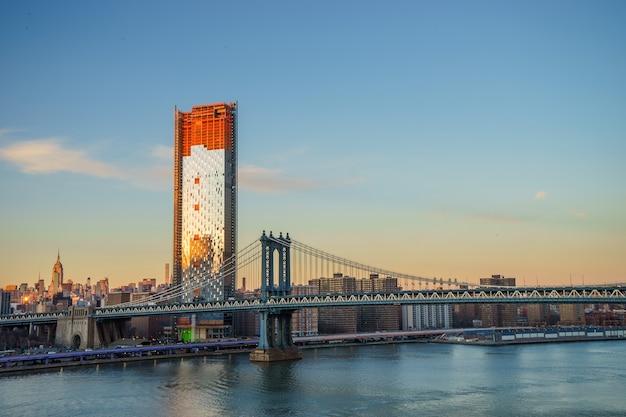 マンハッタンのダウンタウンのスカイラインのパノラマ、ブルックリンブリッジパーク川岸、ニューヨーク市、米国からのマンハッタン橋の前景