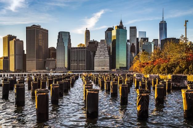 미국 뉴욕 골든 아워에 브루클린에서 맨해튼 시내 스카이라인 보기