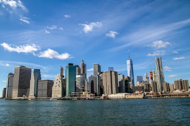 米国ブルックリンニューヨーク市からのマンハッタンのダウンタウンのスカイラインビュー