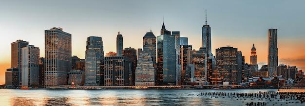 マンハッタン。夜のニューヨーク市のスカイラインパノラマ