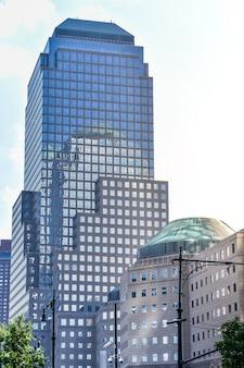 Здания финансового района манхэттена в солнечный день. архитектура и бизнес-концепции. манхэттен, нью-йорк, сша.