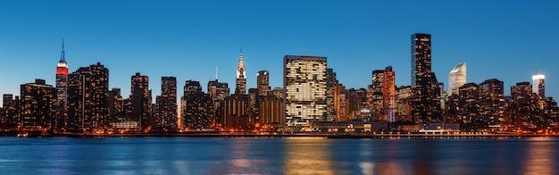マンハッタン。夜遅くのニューヨーク市のスカイラインパノラマ