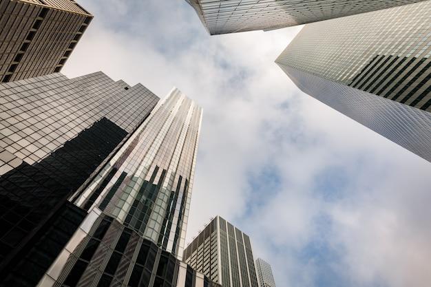 マンハッタンの近代建築。マンハッタンは、ニューヨーク市の5つの自治区の中で最も人口密度の高い地域です。