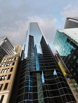 Современная архитектура манхэттена. манхэттен - самый густонаселенный из пяти районов нью-йорка. Premium Фотографии